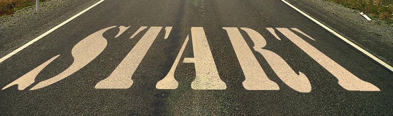 Straße in der Wildnis mit der Aufschrift Start