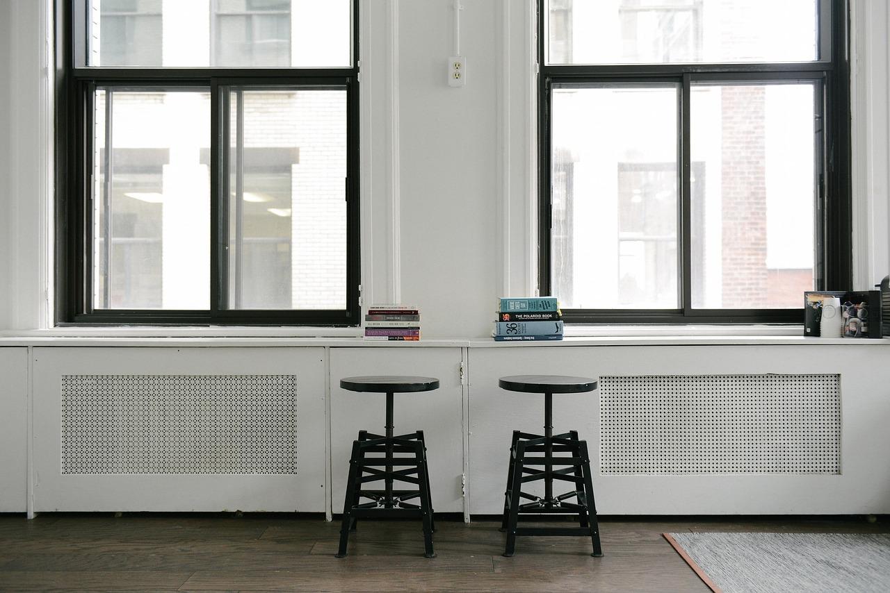 2 Stühle zwischen 2 Fenstern