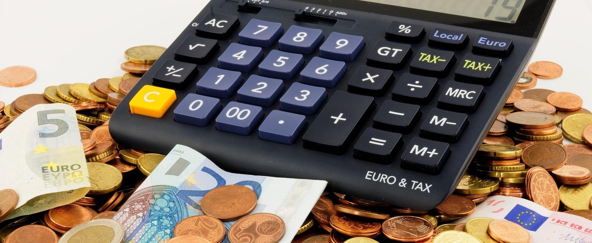 Rechner mit Euro-Münzen