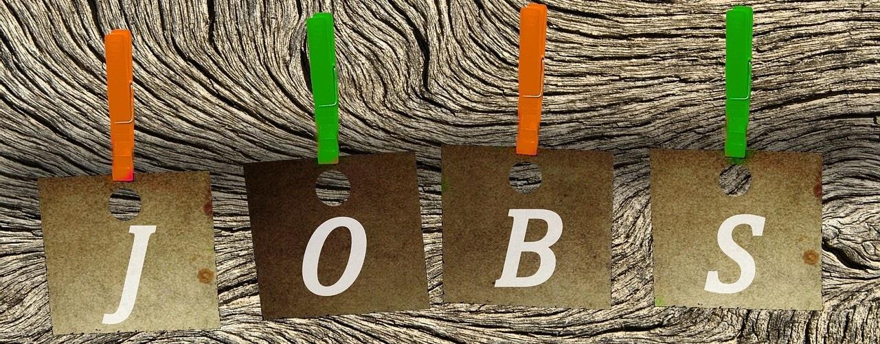 Wäscheleine mit Buchstaben, die Jobs ergeben.