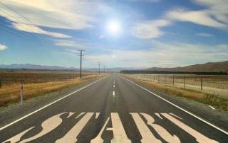 Lange Straße in der Wüste mit der Aufschrift Start