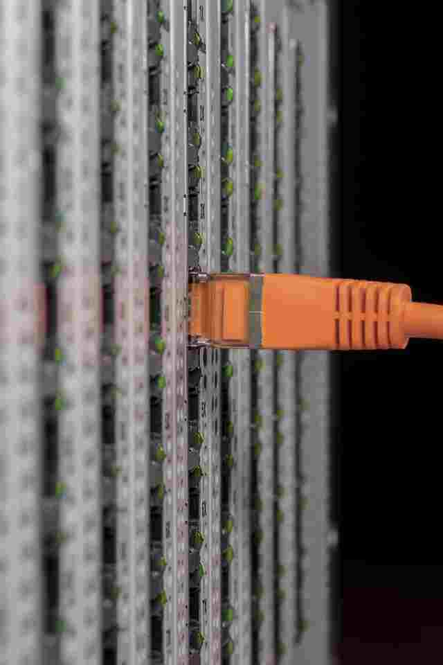 Ethernet LAN Kabel steckt im Port eines Servers